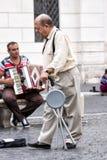 Hombre de Ederly con la muleta que camina en la ciudad Fotos de archivo