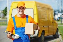 Hombre de entrega con la caja del paquete Fotografía de archivo