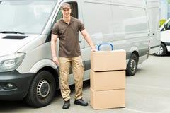 Hombre de entrega con las cajas de cartón foto de archivo