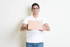 Hombre de entrega del mensajero Fotos de archivo libres de regalías
