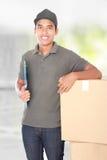 Hombre de entrega feliz Foto de archivo