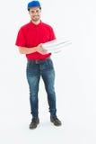 Hombre de entrega feliz que sostiene las cajas de la pizza Imagen de archivo libre de regalías