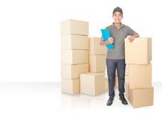 Hombre de entrega joven sonriente con el paquete del cardbox Imágenes de archivo libres de regalías