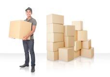 Hombre de entrega joven sonriente con el paquete del cardbox Foto de archivo