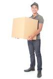 Hombre de entrega joven sonriente que lleva a cabo un cardbox Imagen de archivo