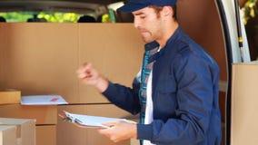 Hombre de entrega que descarga su furgoneta almacen de metraje de vídeo