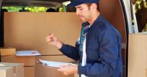 Hombre de entrega que descarga su furgoneta metrajes