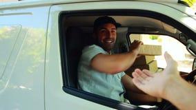 Hombre de entrega que entrega un paquete almacen de video