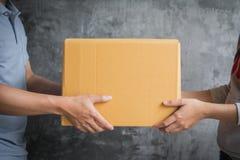 Hombre de entrega que envía la caja de compras en línea imagen de archivo