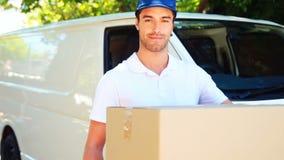 Hombre de entrega que lleva un paquete almacen de metraje de vídeo
