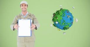 Hombre de entrega que muestra el tablero en blanco por la tierra polivinílica baja Foto de archivo