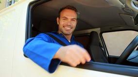 Hombre de entrega que se sienta en su furgoneta almacen de metraje de vídeo
