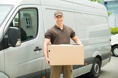 Hombre de entrega que sostiene la caja Imagen de archivo