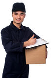Hombre de entrega sonriente en su umbral fotografía de archivo