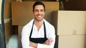 Hombre de entrega sonriente que se sienta en su furgoneta almacen de video