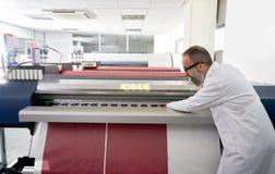 Hombre de Espertise en trazador de la industria de impresión de la transferencia imagen de archivo libre de regalías