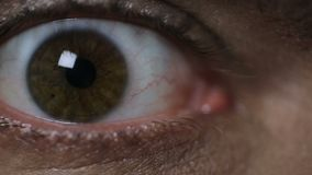 Hombre de examen del óptico, primer estupendo de los ojos del paciente, problemas de la visión metrajes