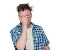 Hombre de Facepalm, varón del retrato en la emoción épica del fall de la camisa, aislada en el fondo blanco Foto de archivo libre de regalías