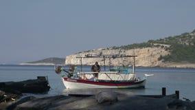 Hombre de Fisher que trabaja en su barco en la playa de Kemori, Thassos, Grecia metrajes