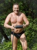 Hombre de funcionamiento con la bomba de aire Foto de archivo libre de regalías