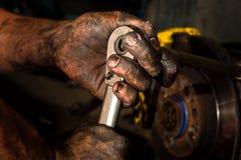 Hombre de funcionamiento duro con las manos Imagen de archivo