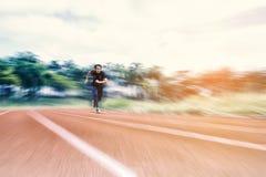 Hombre de funcionamiento que corre en la pista con la falta de definición, el concepto radiales del deporte y de la actividad fotografía de archivo libre de regalías