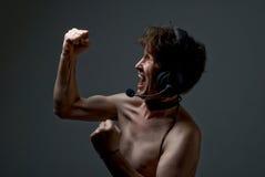 Hombre de griterío con auriculares Imagen de archivo libre de regalías