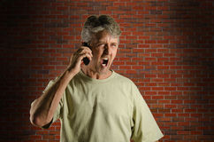 Hombre de griterío enojado en un teléfono celular Fotos de archivo libres de regalías