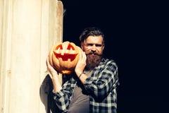 Hombre de Halloween con la calabaza Imagen de archivo libre de regalías