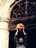 Hombre de Halloween con la calabaza Imágenes de archivo libres de regalías