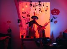 Hombre de Halloween con la calabaza en oscuridad Magia, encantamiento, brujer?a Halloween, celebraci?n de los d?as de fiesta imagenes de archivo