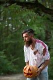 Hombre de Halloween con la calabaza y la sangre Imágenes de archivo libres de regalías