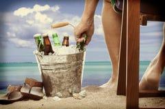 Hombre de Instagram en la playa con el cubo de la cerveza Foto de archivo libre de regalías