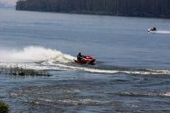 Hombre de Jetski que hace trucos en el agua Fotografía de archivo