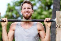 Hombre de la aptitud de Crossfit que ejercita el entrenamiento de barbilla-UPS imagen de archivo libre de regalías