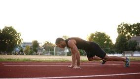 Hombre de la aptitud del deporte que hace el ejercicio de los pectorales El ejercicio masculino del atleta empuja hacia arriba af metrajes