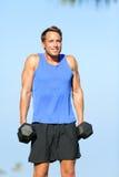 Hombre de la aptitud del entrenamiento del peso del encogimiento de hombros del hombro al aire libre Foto de archivo
