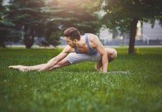 Hombre de la aptitud en estirar el entrenamiento al aire libre Fotografía de archivo libre de regalías