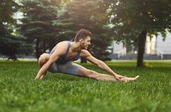 Hombre de la aptitud en estirar el entrenamiento al aire libre Foto de archivo libre de regalías