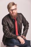Hombre de la barba que se sienta y que sonríe en la cámara Fotos de archivo