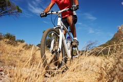 Montar a caballo de la bici de rastro foto de archivo libre de regalías