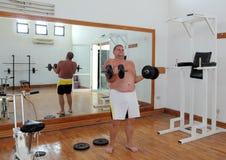 Hombre de la diversión con pesas de gimnasia Fotos de archivo libres de regalías
