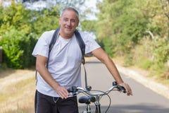 Hombre de la Edad Media en la bici foto de archivo libre de regalías