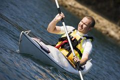 Hombre de la Edad Media Kayaking Fotografía de archivo libre de regalías