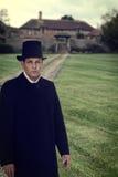 hombre 1800 de la era con la casa señorial Fotos de archivo