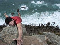 Hombre de la escalada de la aventura Fotos de archivo libres de regalías