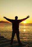 Hombre de la felicidad en puesta del sol fotografía de archivo