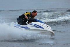 Hombre de la foto de la acción en el esquí del jet Fotografía de archivo libre de regalías