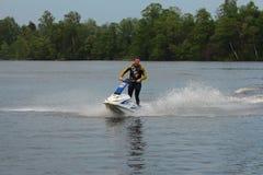 Hombre de la foto de la acción en el esquí del jet Fotos de archivo