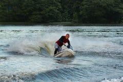 Hombre de la foto de la acción en el esquí del jet Imágenes de archivo libres de regalías